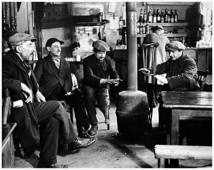 В бистро. Франция, Париж, 1927 год.