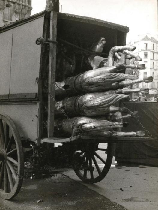 Карусельные лошадки в разобранном виде. Франция, Париж, 1930-е годы.