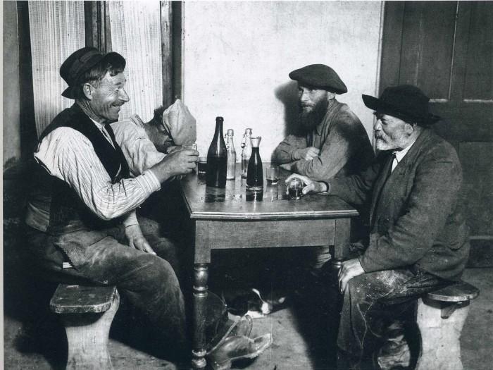 Отдых после тяжёлого трудового дня. Франция, Париж, 1929 год.