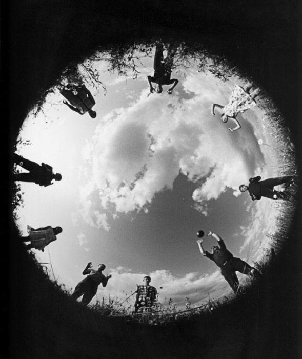 «Дворовой волейбол для всех!», 1965 год. Автор фотографии: Лев Бородулин.