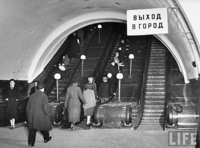 Эскалатор в Московском метрополитена. СССР, 1941 год.
