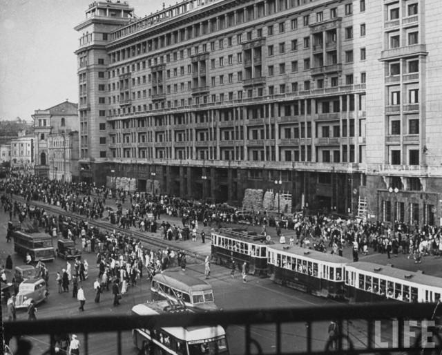 Советские граждане выходят из бомбоубежища на улице Горького после окончания воздушной тревоги, 1941 год.