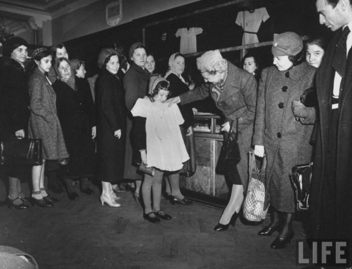 В советское время очереди были практически в каждом магазине.
