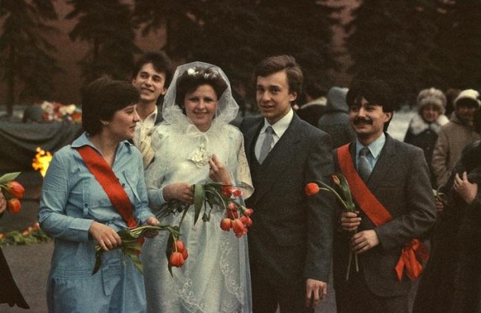 Молодожены на Красной площади после церемонии бракосочетания.