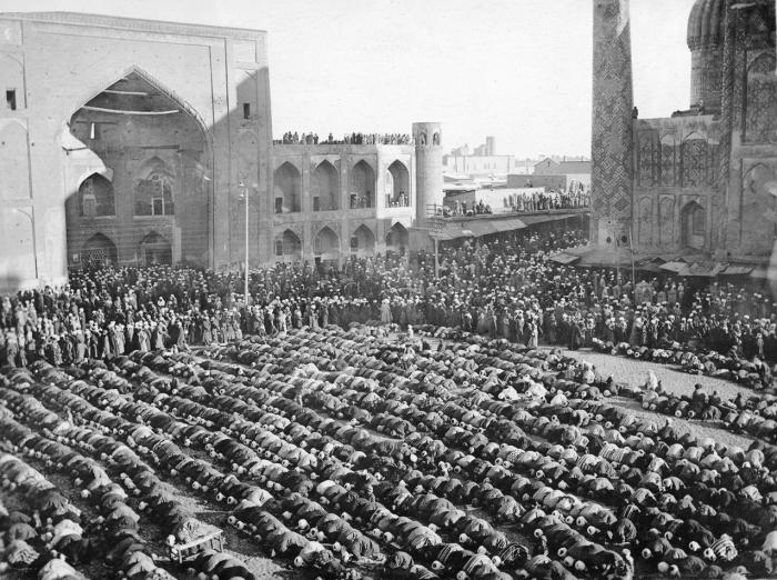Полуденная четырёхракаатная молитва на территории мечети.