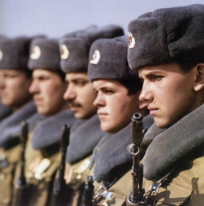 Советские солдаты на построении перед отправкой в Афганистан.