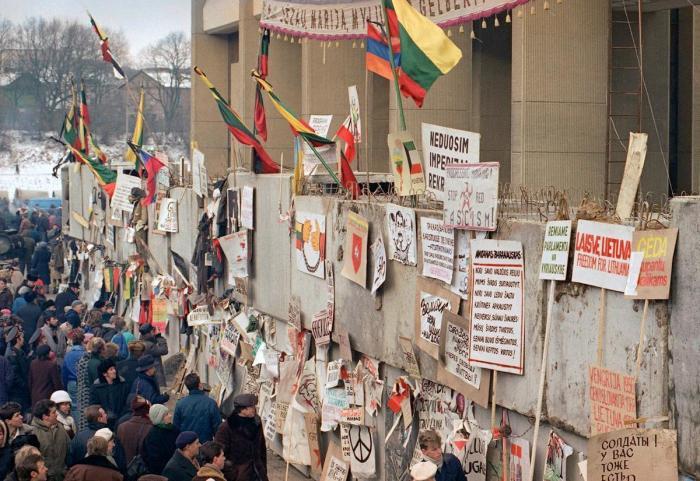 Стена, увешанная антисоветской агитацией в Вильнюсе 17 января 1991 года.