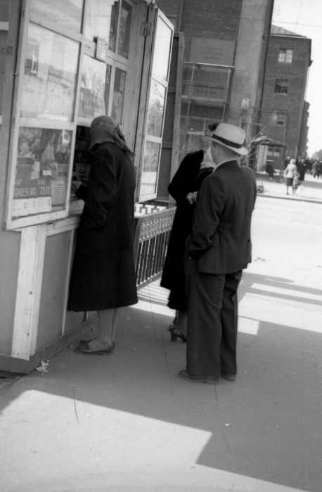 Женщина, покупающая газету в киоске. СССР, Ярославль, 1960-е годы.