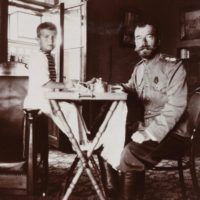Царь Николай Второй с сыном цесаревичем Алексеем