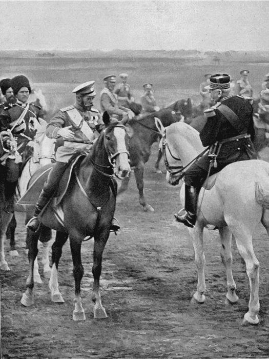 Царь Николай II и французский генерал Жозеф Жоффре, 1913 год.