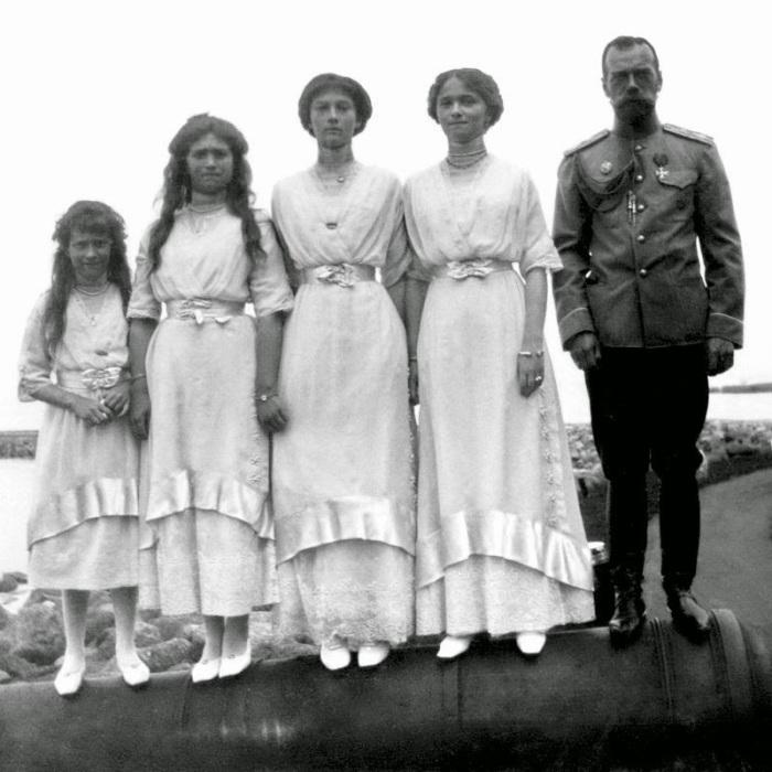 Великие княжны Анастасия, Мария, Татьяна, Ольга и император Николаем II в 1913 году.