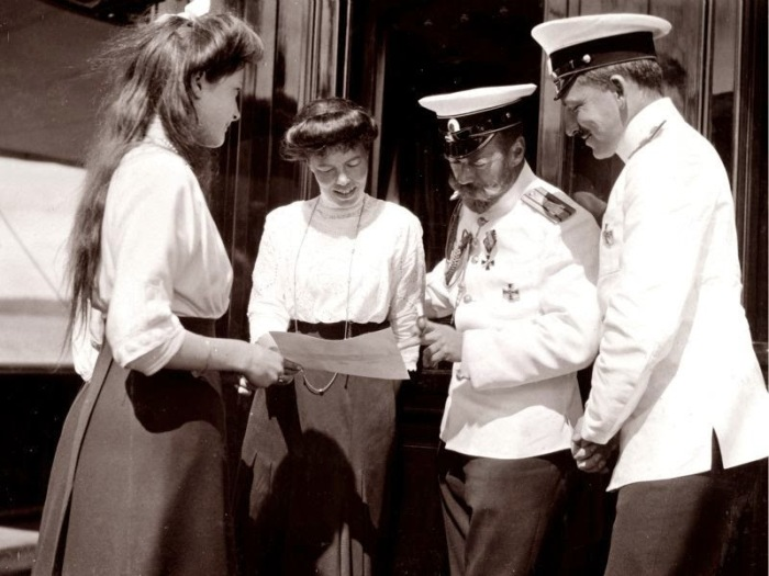 Николай II с сестрой Ольгой Александровной, дочерью Татьяной и вахтовым офицером.