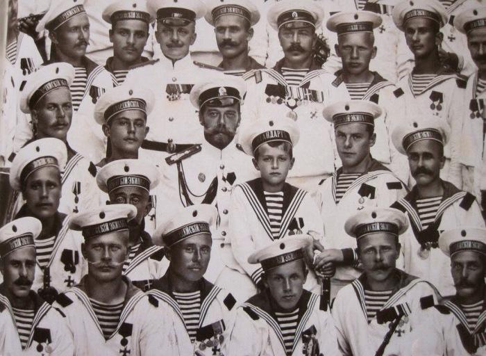 Моряки Балтийской флотилии первой Санкт-Петербургской бригады Отдельного корпуса пограничной стражи с императором Николаем ll и цесаревичем Алексеем.