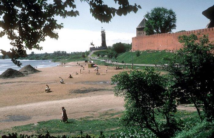 Город на берегу реки Волхов в 1985 году.
