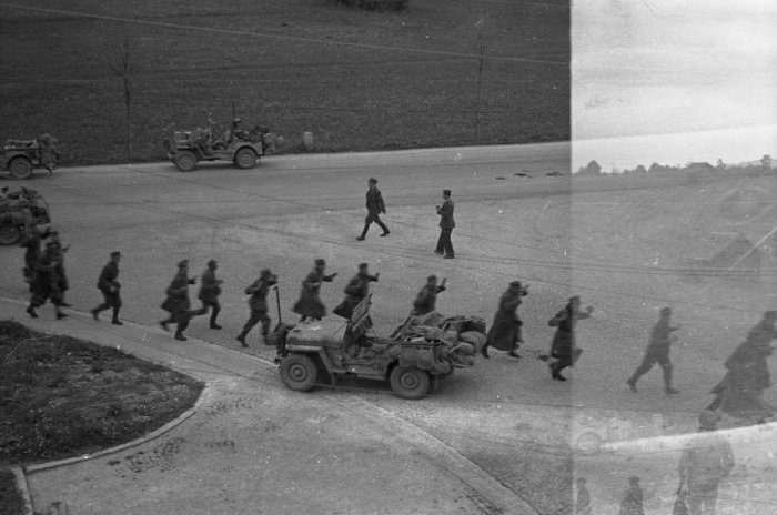 Немецкие солдаты отступают в направлении Мурнау.