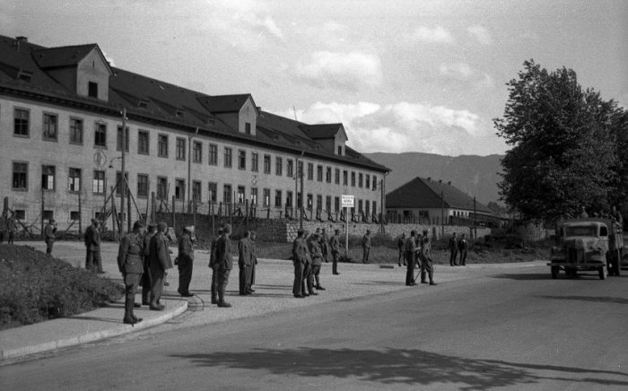 Вход в Офлаг VII-A Мурнау в день освобождения лагеря американскими войсками 29 апреля 1945 года.