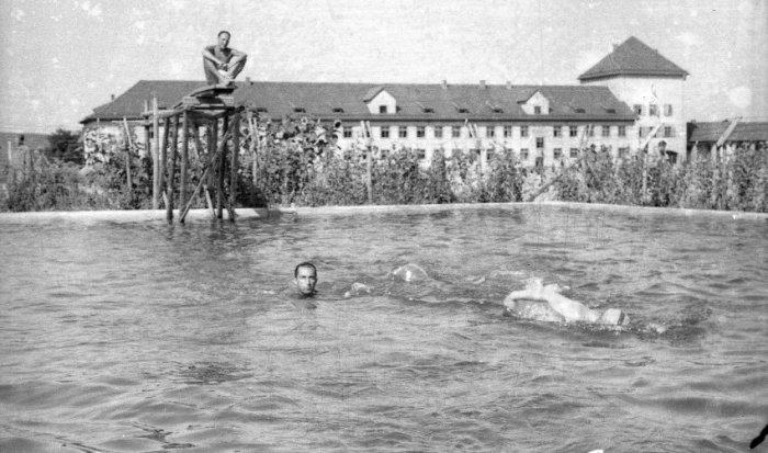 Бассейн в образцовом нацистском лагере.