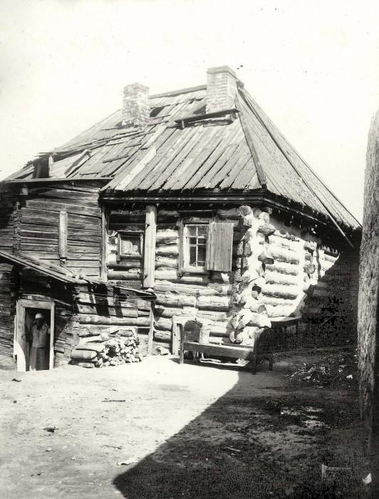 Старый деревянный дом неподалеку от города.