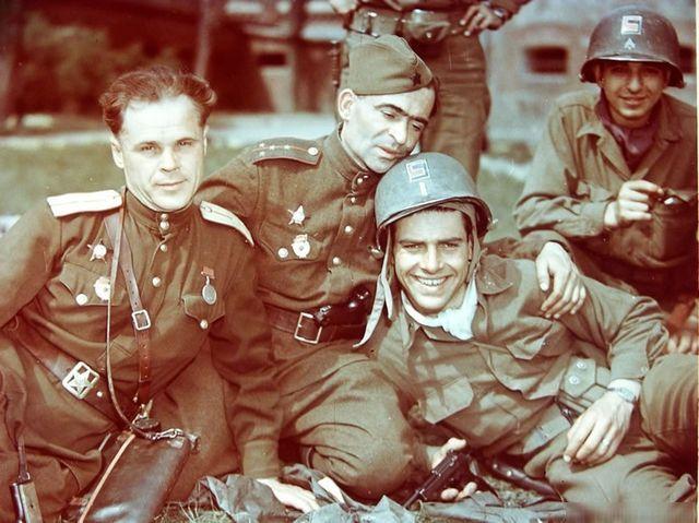 Советские и американские офицеры. На память. Берлин, 1945 год.