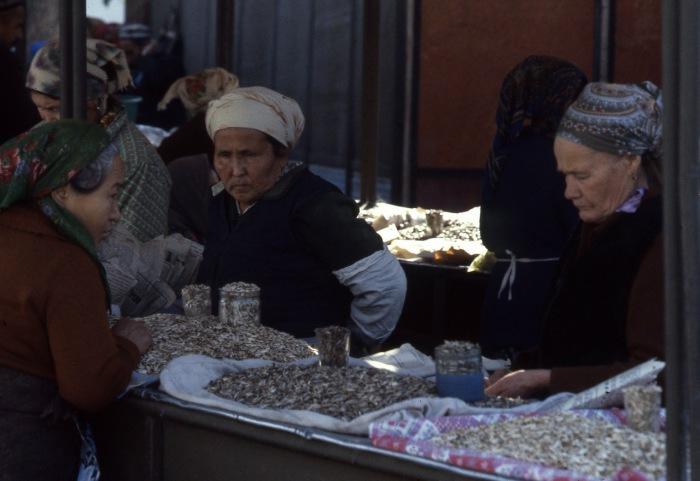 Женщины, продающие семечки на рынке. СССР, Узбекистан, Самарканд, 1984 год.