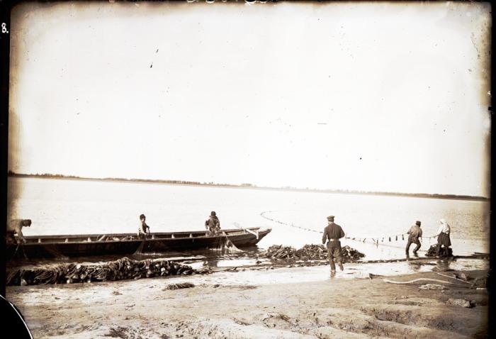 Вылов местными жителями рыбы на реке.