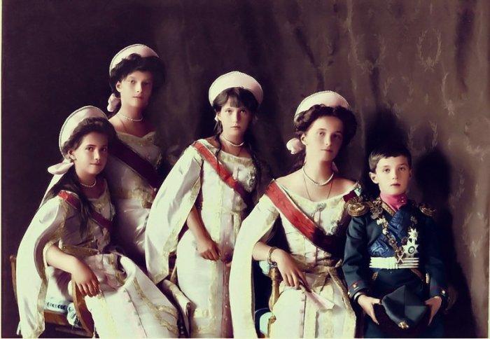 Великие княжны Ольга, Татьяна, Мария и Анастасия с цесаревичем Алексеем.