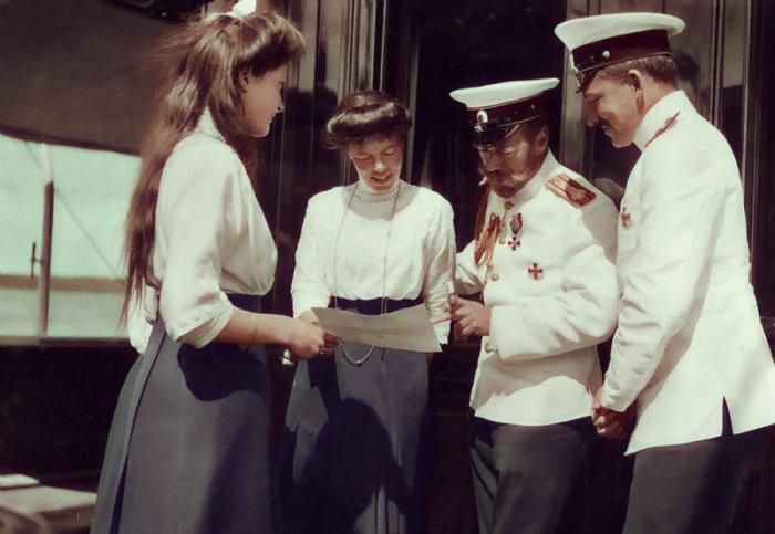 Николай II с сестрой Ольгой Александровной и дочерью Татьяной, а также офицером на палубе яхты Штандарт.