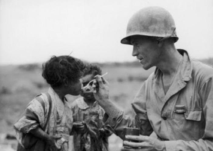 Солдат делиться продовольственным пайком. Окинава, 1945 год.