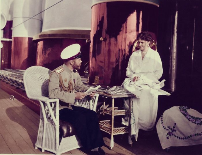 Император Николай II и Александра Фёдоровна на палубе яхты Штандарт в 1912 году.