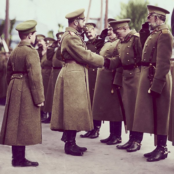 Император с цесаревичем Алексеем и офицерами армии в 1915 году.