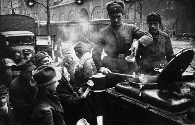 Советские солдаты кормят жителей Берлина,1945 год.