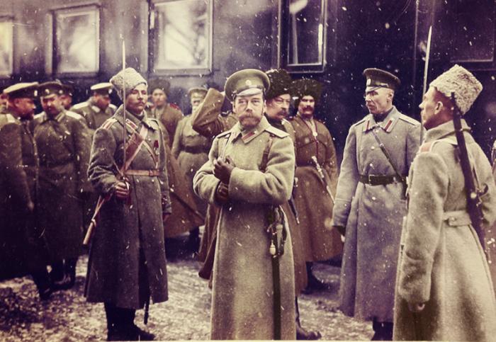 Николай II в окружении офицеров на платформе станции, январь 1916 года.
