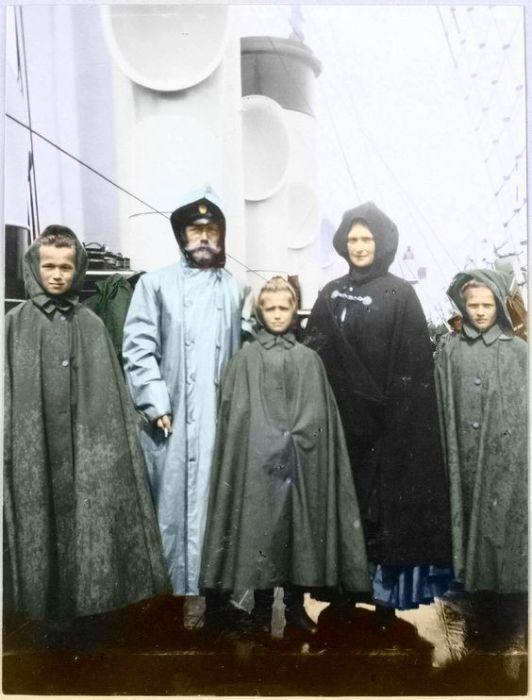 Николай II и Александра Федоровна с дочерьми на борту яхты Штандарт.