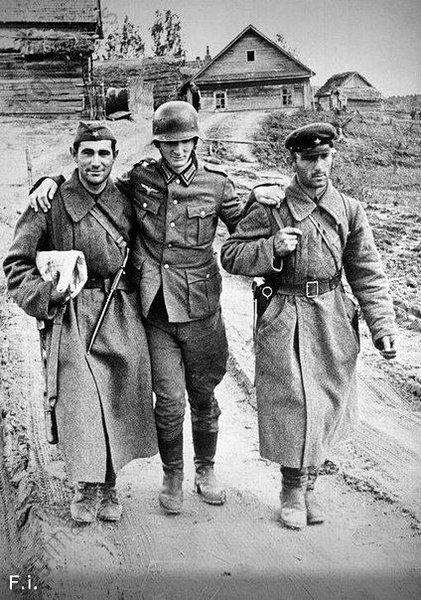 Советские солдаты помогают пленному немцу идти.