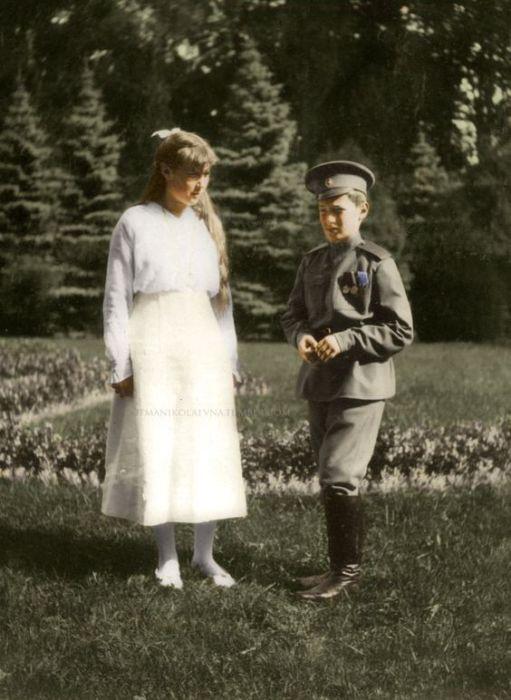 Великая княжна Анастасия и цесаревич Алексей в 1915 году.