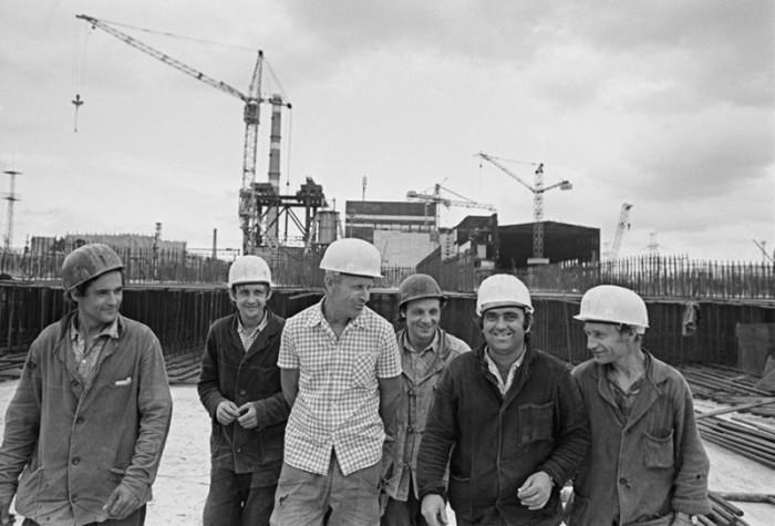 Строители неподалёку от Чернобыльской атомной электростанции имени В. И. Ленина.