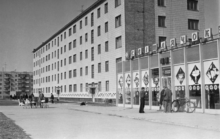 В Припяти работали 25 магазинов в общей сложности на 9,2 тыс. кв. м торговых площадей, а также 27 столовых, кафе и ресторанов, рассчитанных суммарно на 5,5 тыс. человек. К концу 1988 года в городе планировалось сдать в эксплуатацию два крупных торговых центра.