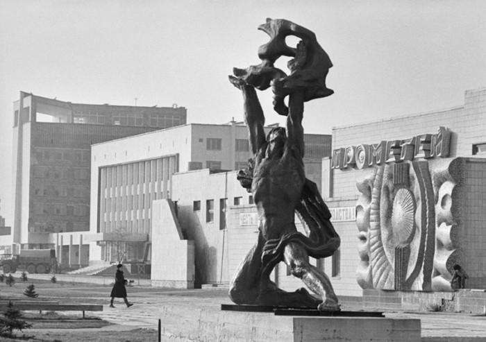 В центре Припяти располагались объекты досуга, культуры и отдыха, в том числе кинотеатр «Прометей», дворец культуры «Энергетик» и гостиница «Полесье».