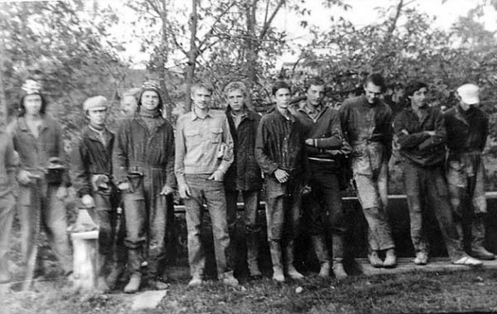 Группа молодых людей во время субботника.