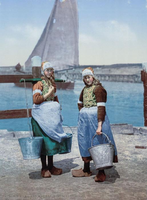 Девушки на острове Маркен.