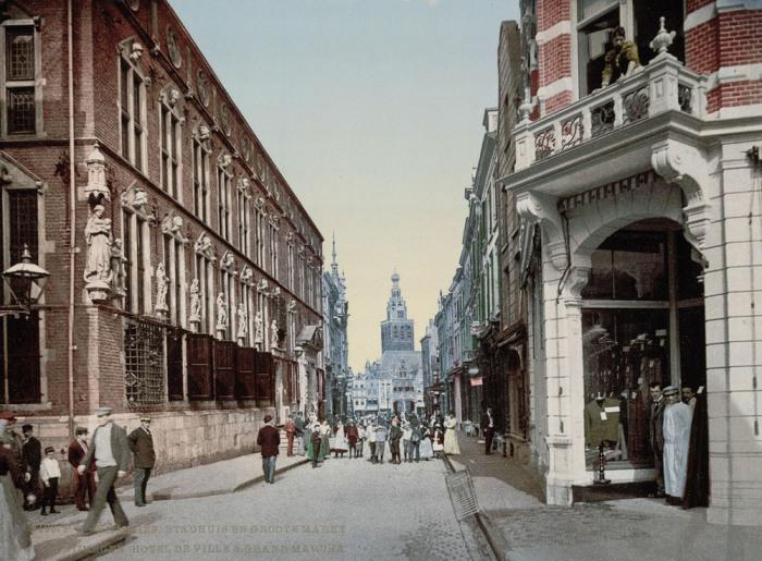 Городская ратуша и рынок на древней улице в Неймегене.