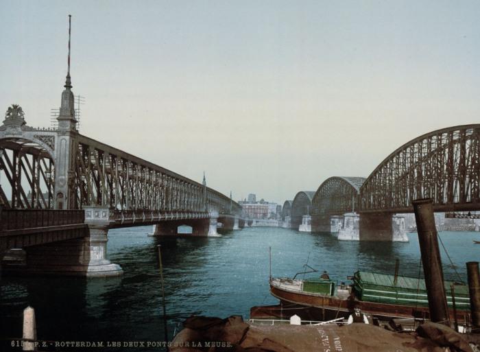 Вантовый мост через реку Маас в центре Роттердама.