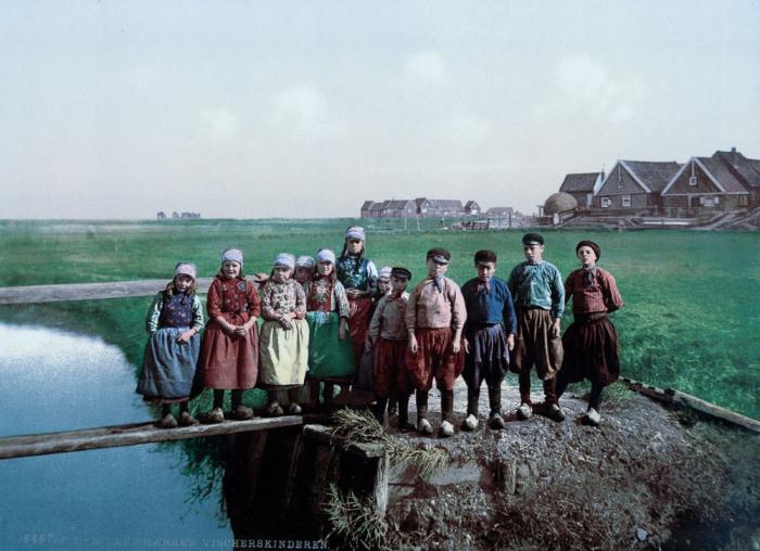 Детвора голландской деревни на острове Маркен.