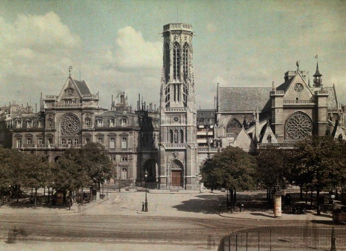 Средневековая церковь в центре Парижа.