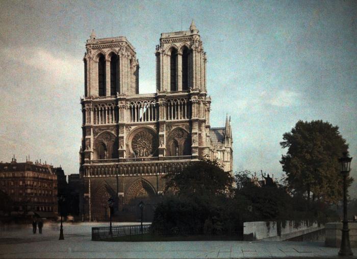 Католический Ñрам в центре Парижа, который является одним из символов французской столицы.
