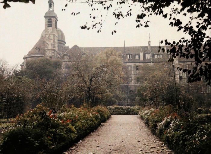 Сад в одном из поместий в центре Парижа.
