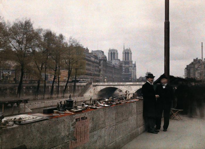 Торговля антиквариатом недалеко от собора Парижской Богоматери.