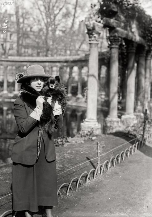 Известная французская актриса в парке Монсо. Франция, Париж, 1921 год.