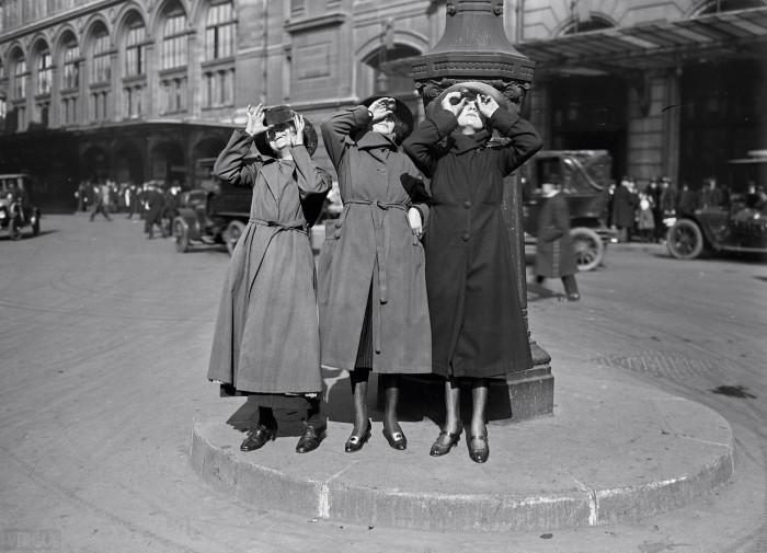 Наблюдая за солнечным затмением на станции Сен-Лазар. Франция, Париж, 1921 год.
