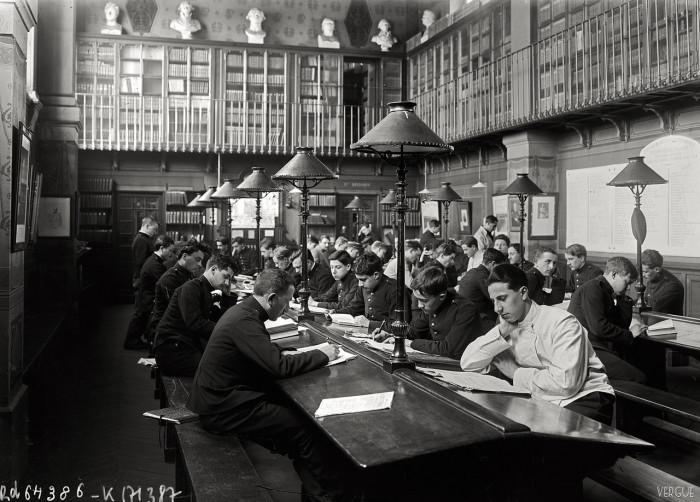 Читальный зал в библиотеке Политехнической школы. Франция, Париж, 1921 год.